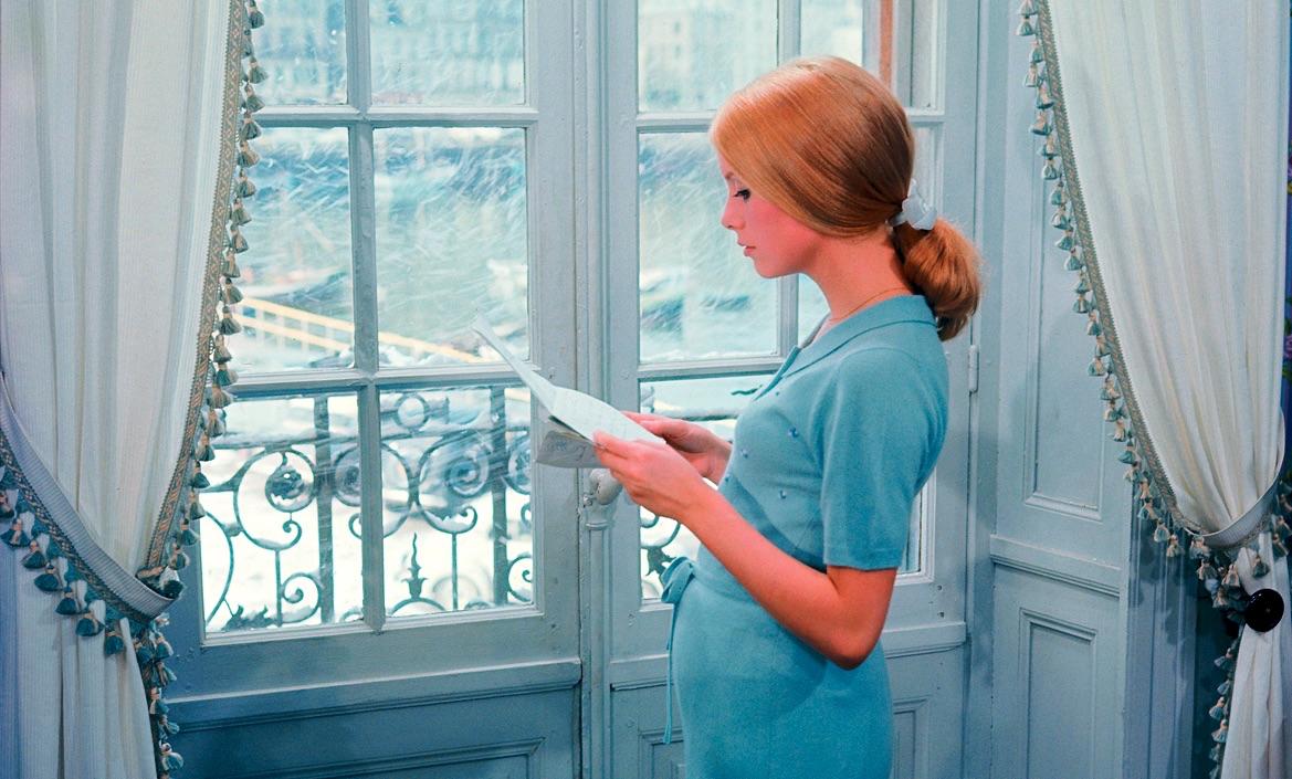 3-Catherine DENEUVE dans LES PARAPLUIES DE CHERBOURG un film de Jacques DEMYphoto Léo WEISSE©1993-CINE TAMARIS.tif