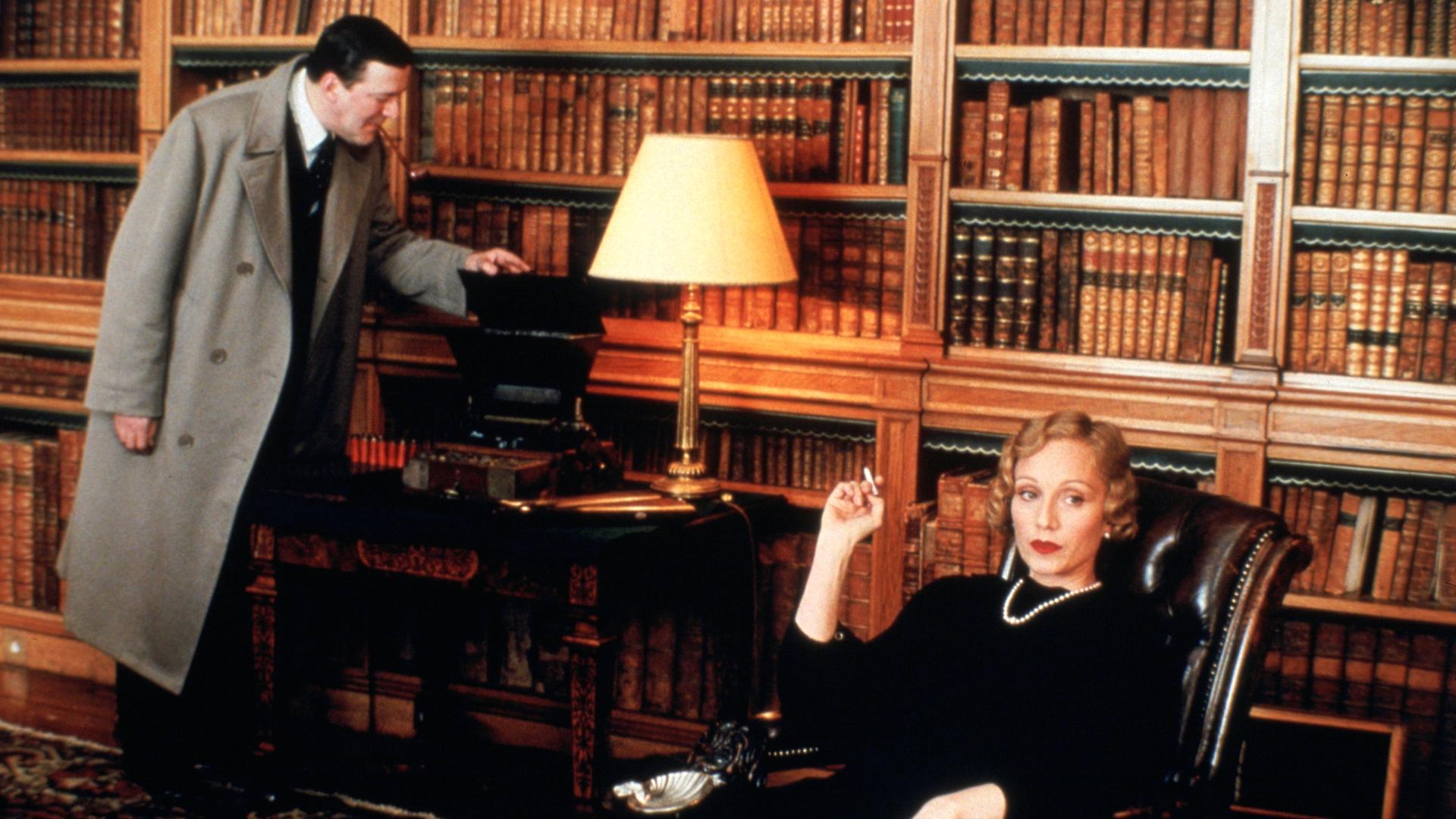 Stephen Fry and Kristin Scott Thomas in Gosford Park