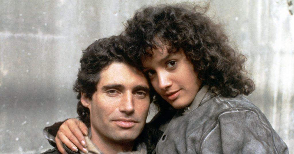 Michael Nouri and Jennifer Beals embrace in Flashdance