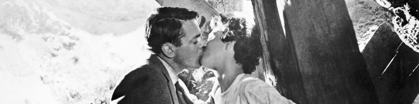 Kevin McCarthy and Dana Wynter kiss in Invasion of the Body Snatcher 1956