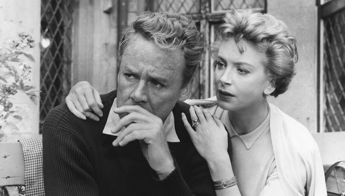 A couple embraces in The End of the Affair (1955)
