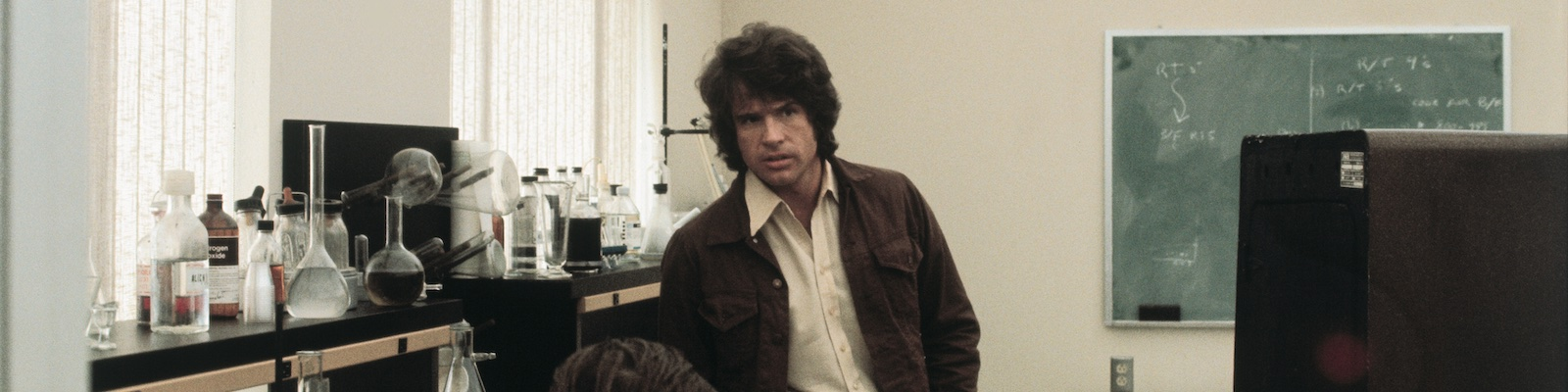Warren Beatty in a chemistry lab in The Parallax View